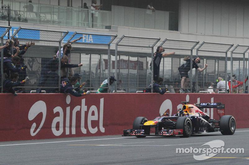 Переможець гонки та чемпіон світу Себастьян Феттель, Red Bull Racing RB9 святкує на фініші