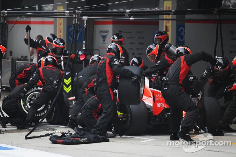 Max Chilton, Marussia F1 Team MR02 makes a pit stop