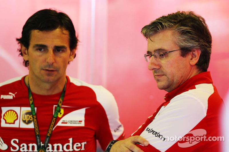 (L naar R): Pedro De La Rosa, Ontwikkelingsrijder Ferrari met Pat Fry, Ferrari Deputy Technical Director en Head of Race Engineering