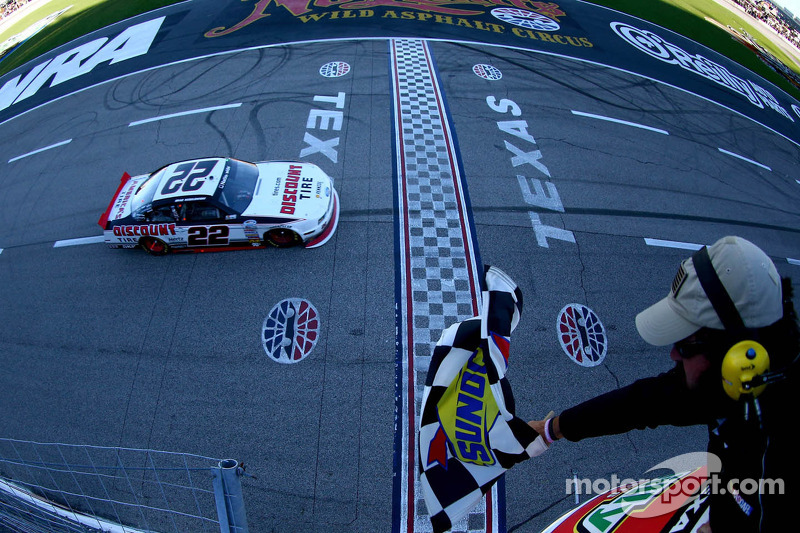 Brad Keselowski, Penske Racing Ford pakt de overwinning