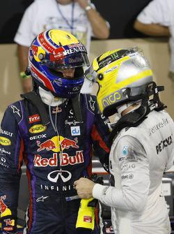 (L naar R): Mark Webber, Red Bull Racing viert zijn pole position in parc ferme met Nico Rosberg, Mercedes AMG F1