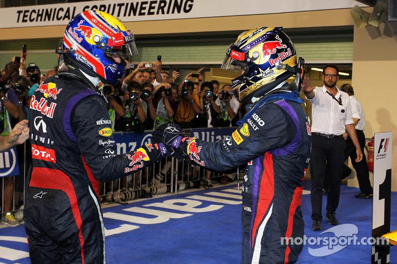 (L naar R): De als tweede geklsseerde Mark Webber, Red Bull Racing feliciteert teamgenoot, racewinnaar, Sebastian Vettel, Red Bull Racing, in parc ferme