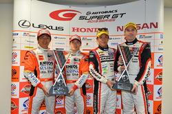GT500 vencedores Kazuya Oshima, Yuji Kunimoto e GT300 vencedores da classe Katsuyuki Hiranaka, Bjorn Wirdheim