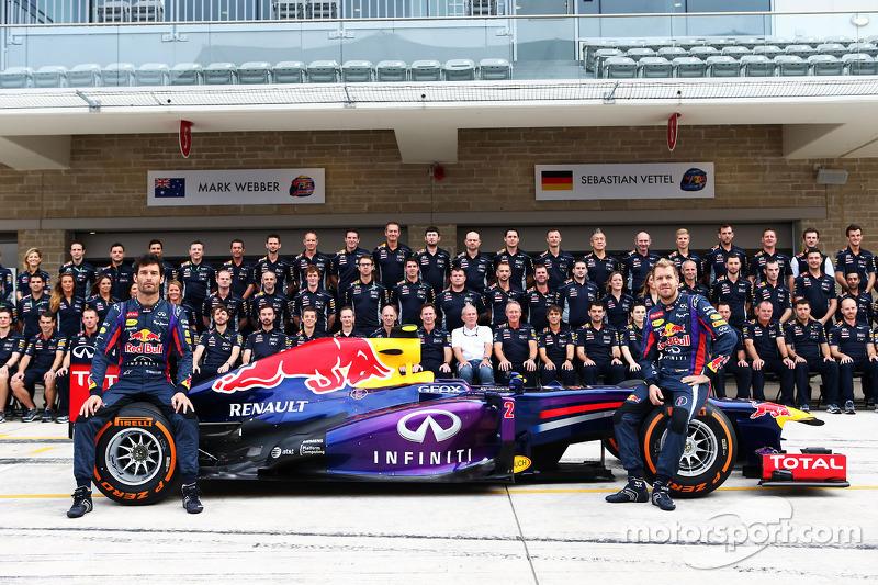 (L naar R): Mark Webber, Red Bull Racing en teamgenoot Sebastian Vettel, Red Bull Racing op een teamfoto