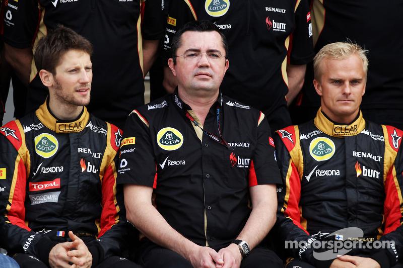 (L naar R): Romain Grosjean, Lotus F1 Team met Eric Boullier, Teambaas Lotus F1 en Heikki Kovalainen, Lotus F1 Team op een teamfoto