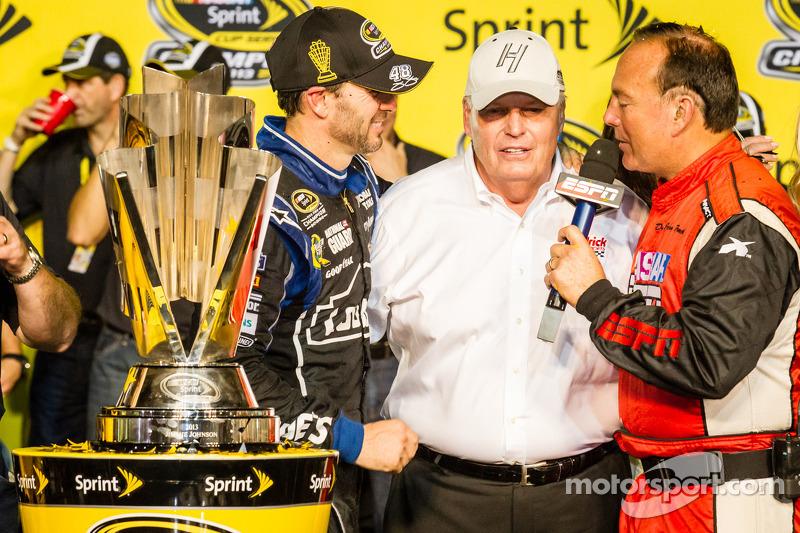 Championship victory lane: NASCAR Sprint Cup Series 2013 kampioen 2013 Jimmie Johnson, Hendrick Motorsports Chevrolet met Rick Hendrick