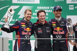 (Da esquerda para direita): o vencedor da corrida Sebastian Vettel, Red Bull Racing, comemora com Christian Horner, chefe de equipe da Red Bull Racing, e o segundo lugar Mark Webber, Red Bull Racing, que celebra seu último GP