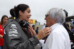 (Da esquerda para direita): Monisha Kaltenborn, chefe de equipe da Sauber, com Bernie Ecclestone, CEO do Grupo F1, no grid
