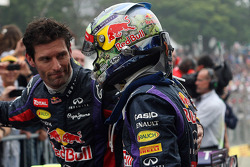O vencedor Sebastian Vettel, Red Bull Racing comemora com parceiro Mark Webber, Red Bull Racing no parque fechado