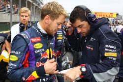 (Da esquerda para direita): Sebastian Vettel, Red Bull Racing, com Guillaume Rocquelin, engenheiro de corridas da Red Bull Racing, no grid