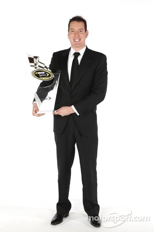 Kyle Busch posa para o retrato com o troféu de quarto colocado