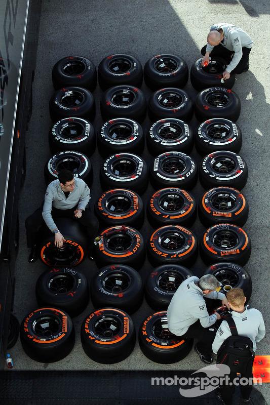 Mecânico da McLaren com pneus Pirelli nos boxes