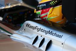 梅赛德斯AMG F1 W05车手刘易斯·汉密尔顿车身上写有祝福迈克尔·舒马赫的标语