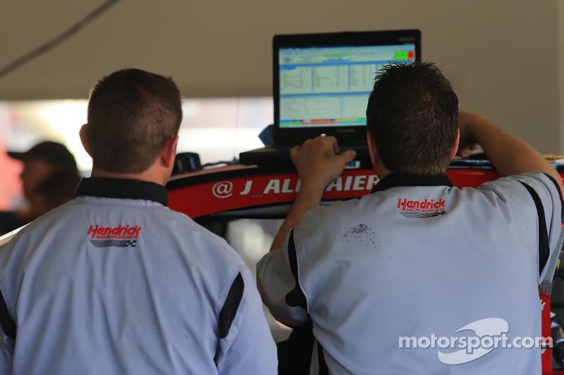 Tecnici Hendrick lavorano nel garage