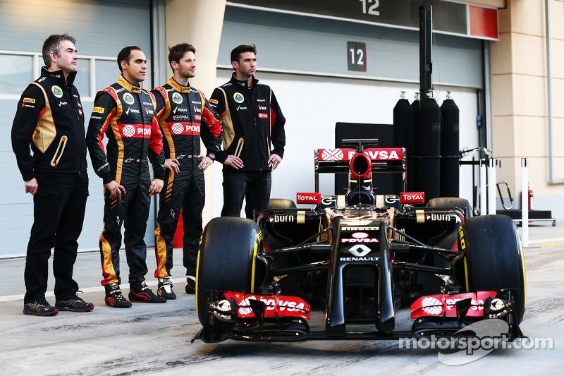 (L to R): Pastor Maldonado, Lotus F1 Team and team mate Romain Grosjean, Lotus F1 Team as the F1 E22 is officially unveiled