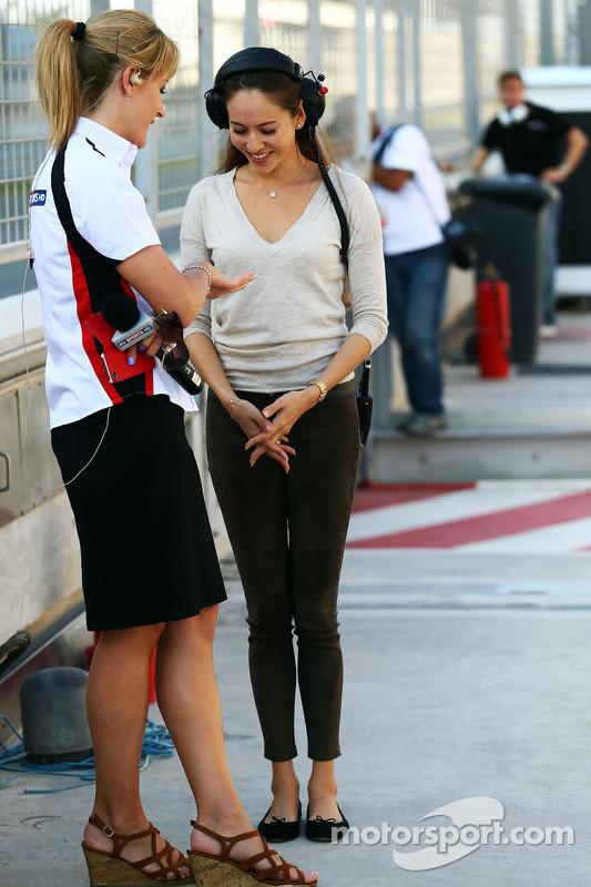 (Esquerda para direita): Rachel Brookes, repórter da Sky Sports F1, com Jessica Michibata, namorada de Jenson Button, McLaren