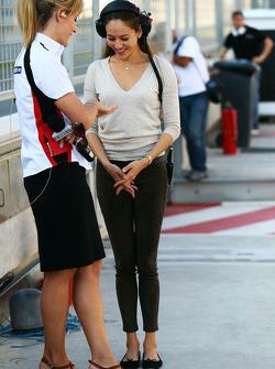 (Da sinistra a destra): Rachel Brookes, Sky Sports F1 Reporter con Jessica Michibata, fidanzata di Jenson Button, McLaren
