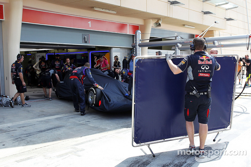 La Red Bull Racing RB10 di Sebastian Vettel, Red Bull Racing viene portata di nuovo ai box