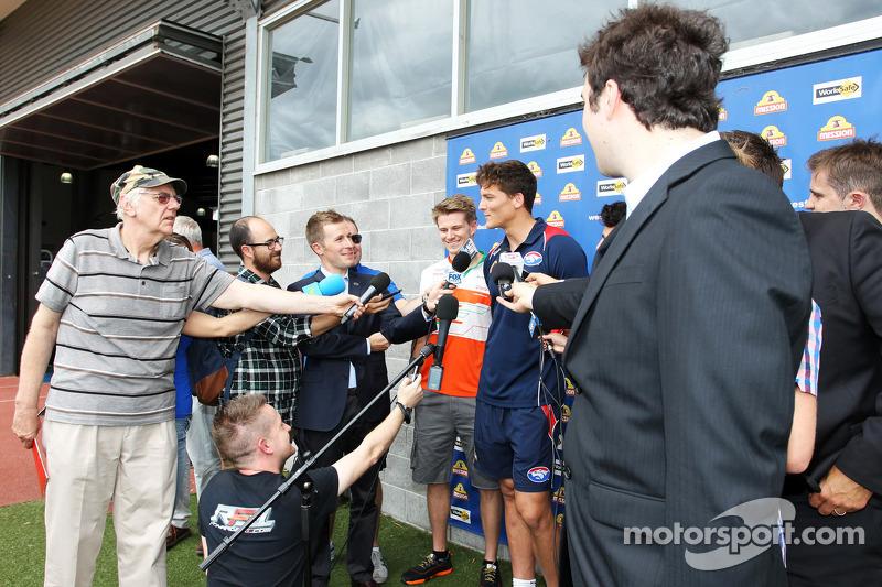 Will Minson, Giocatore dei Western Bulldogs Australian Rules e Nico Hulkenberg, Sahara Force India F1 con i giornalisti al Whitten Oval