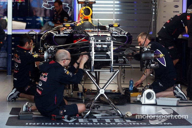 La Red Bull Racing RB10 di Sebastian Vettel, Red Bull Racing viene preparata dai meccanici ai box