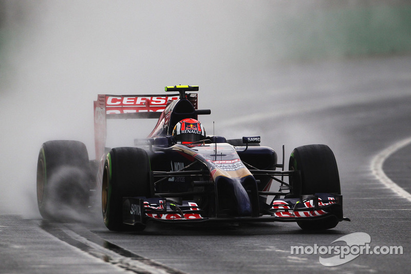 Daniil Kvyat, loses control of his Scuderia Toro Rosso STR9 on the 'back straight'