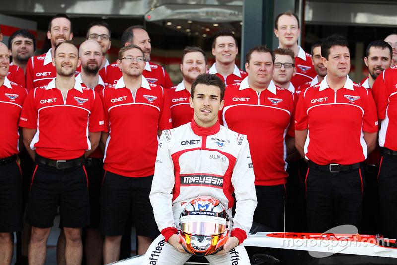 玛鲁西亚F1车队的朱尔斯·比安奇在车队集体照