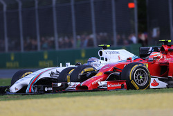 Kimi Raikkonen, de la Scuderia Ferrari y Valtteri Bottas, del Williams F1 Team  16