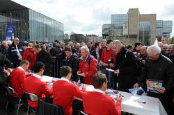 Pilotos Audi dão autógrafos