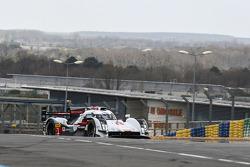 Tom Kristensen drives the Audi R18 e-tron quattro on the Circuit Bugatti
