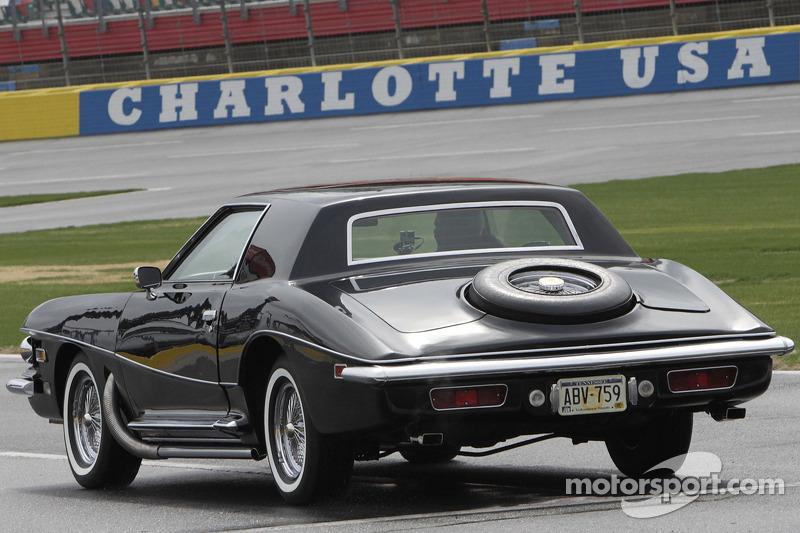 Dale Earnhardt Jr.  Elvis'in 1973 Stutz Blackhawk III aracını sürüyor