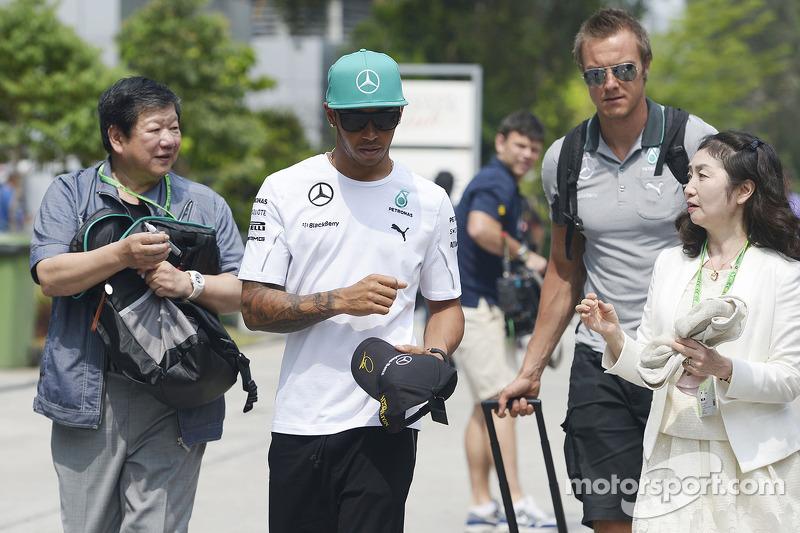 Lewis Hamilton, Mercedes AMG F1; schreibt Autogramme
