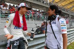 (Da sinistra a destra): Esteban Gutierrez, Sauber con Monisha Kaltenborn, Sauber Team Principal sulla griglia di partenza