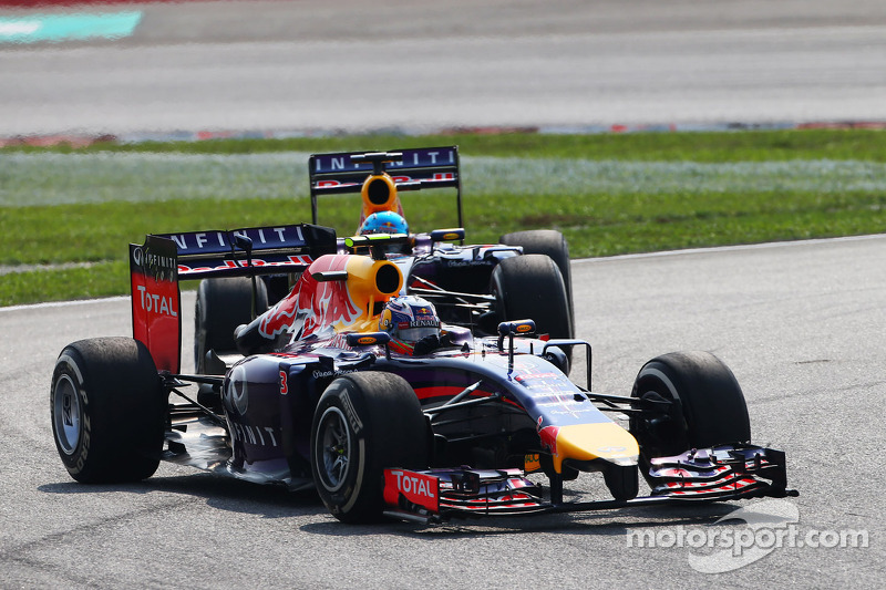 Daniel Ricciardo, Red Bull Racing RB10 ve takım arkadaşı Sebastian Vettel, Red Bull Racing RB10