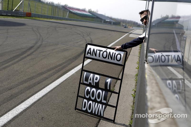 Timo Glock, BMW Team Mtek BMW M3 DTM mostra la Pitboard di Antonio Felix da Costa, BMW Team Mtek BMW M4 DTM