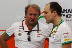 (Esquerda para direita): Robert Fernley, diretor da Sahara Force India F1, com Gianpiero Lambiase, engenheiro da Sahara Force India F1
