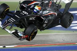 Esteban Gutiérrez flips después de contacto con Pastor Maldonado