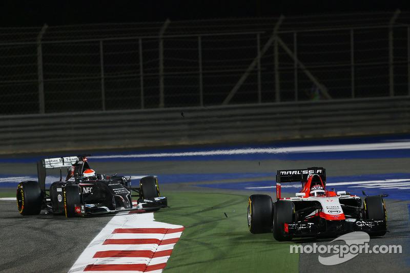 玛鲁西亚F1车队MR03赛车车手朱尔斯·比安奇在索伯车队C33车手阿德里安·苏蒂尔前面跑大