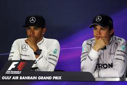 Lewis Hamilton, Mercedes AMG F1 con Nico Rosberg, Mercedes AMG F1 alla conferenza stampa FIA