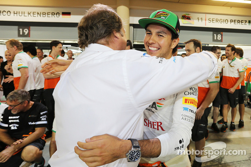 Sergio Perez, Sahara Force India F1, festeggia il terzo posto con Robert Fernley, Sahara Force India F1 Team Deputy Team Principal, e la squadra