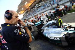Adrian Newey, engenheiro da Red Bull, observa Lewis Hamilton, Mercedes AMG F1 W05, no grid
