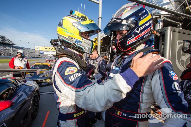 GT il vincitore della pole Marc Goossens festeggia con Jonathan Bomarito
