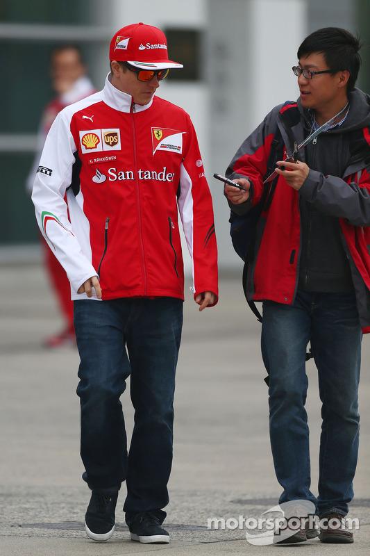 Kimi Räikkönen, Ferrari, gibt Autogramme