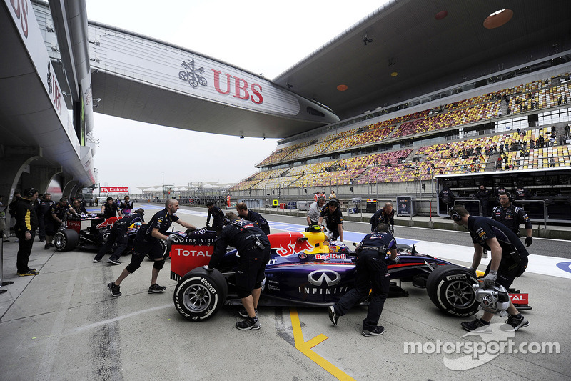 Daniel Ricciardo, Red Bull Racing RB10 ve Sebastian Vettel, Red Bull Racing RB10 pitte