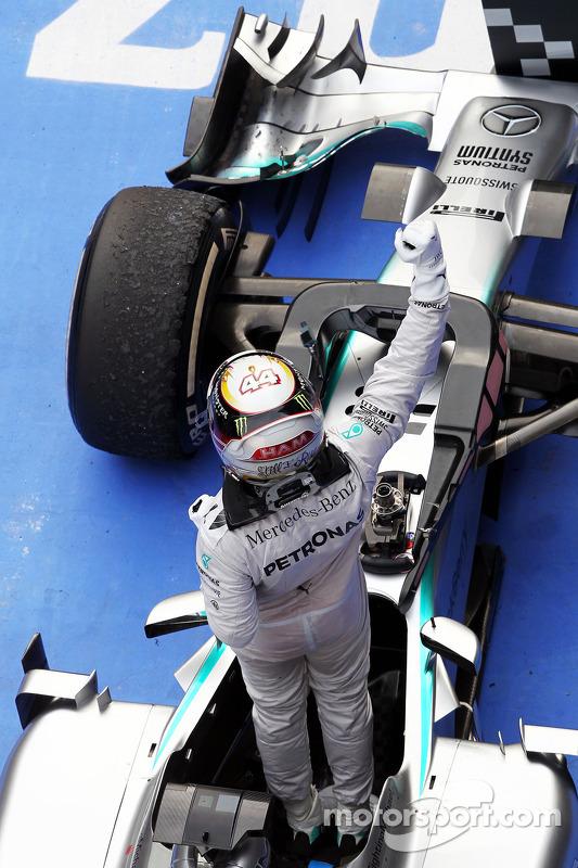 Vencedor da corrida Lewis Hamilton, Mercedes AMG F1 W05 celebra no parc ferme