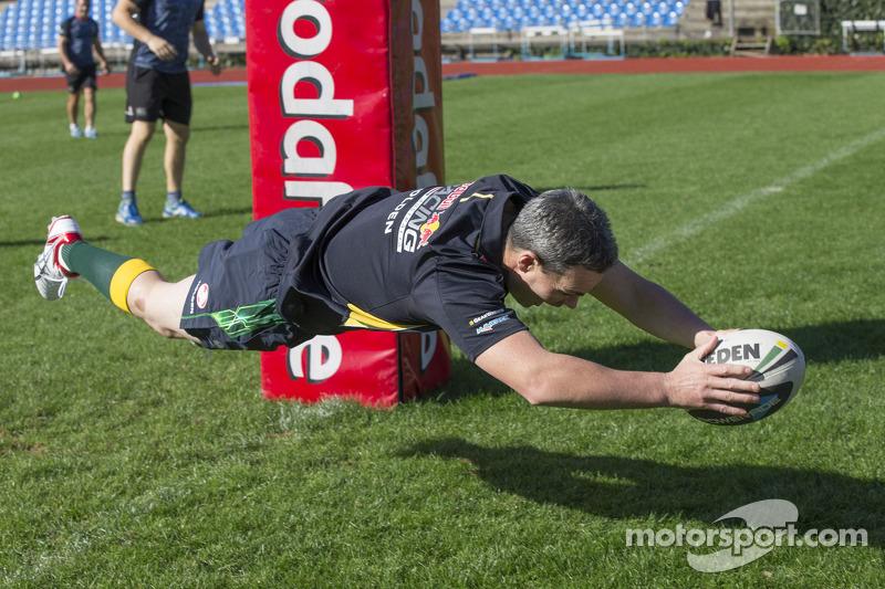 Craig Lowndes ve Aussie Rules Futbol takımı antrenman yapıyor