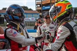 Pole sahibi GTD Nelson Canache ve Spencer Pumpelly takım arkadaşı Dion von Moltke tarafından tebrik ediliyor