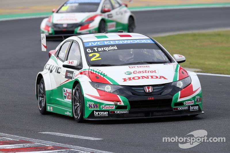 Gabriele Tarquini, Honda Civic WTCC, Castrol Honda WTCC team davanti a Tiago Monteiro, Honda Civic WTCC, Castrol Honda WTCC team