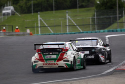 Tiago Monteiro, Honda Civic WTCC, Castrol Honda WTCC Team and Gianni Morbidelli, Chevrolet RML Cruze TC1, ALL-INKL_COM Munnich Motorsport