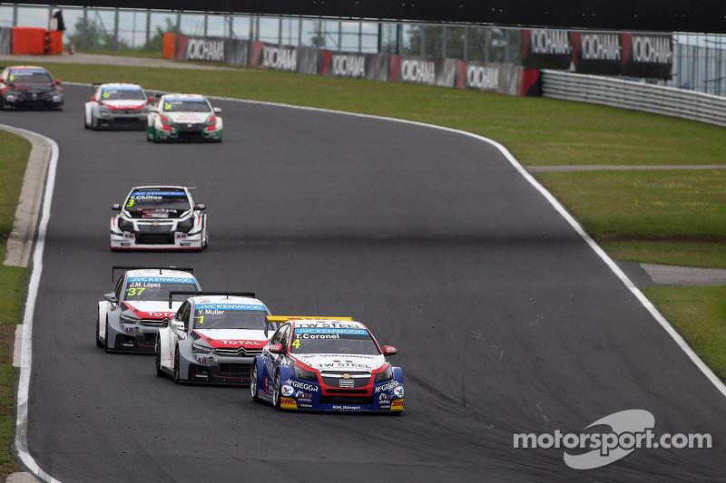 Tom Coronel, Chevrolet Cruze RML TC1, Roal Motorsport porta Yvan Muller, Citroen C-Elysee WTCC, Citroen Total WTCC e Jose Maria Lopez, Citroen C-Elysee WTCC, Citroen Total WTCC