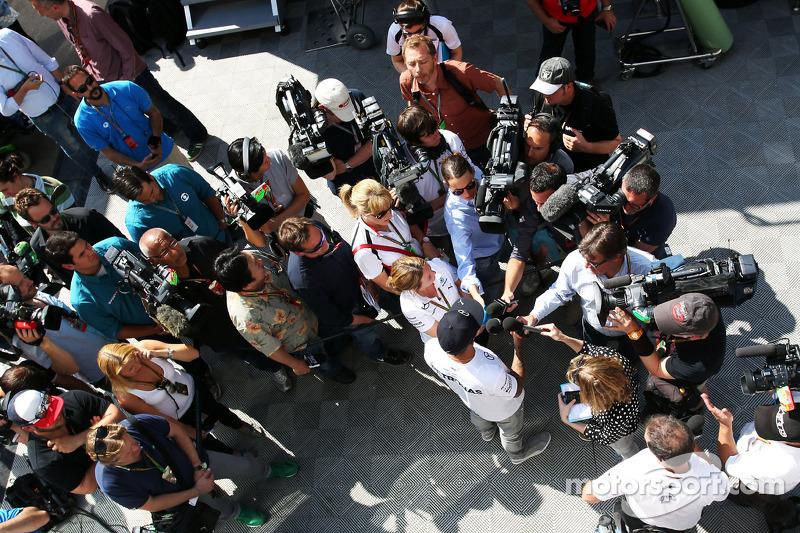 Lewis Hamilton, Mercedes AMG F1 con los medios